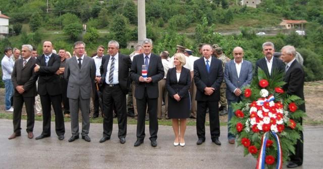 http://hrvatskifokus-2021.ga/wp-content/uploads/2014/09/izaslanstvo-hdz-bih-na-obiljezavanju-17-obljetnice-stradanja-hrvata-civilnih-zrtava-domovinskog-rata-iz-grabovice.jpg